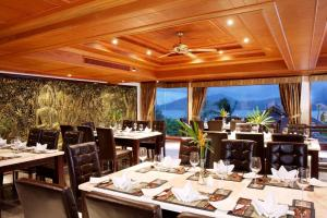 A restaurant or other place to eat at Reuan Thai Villa