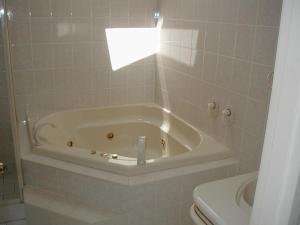 A bathroom at Accommodation Sydney North - Forestville 4 bedroom 2 bathroom house