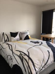 A bed or beds in a room at The Shark Apartments 2