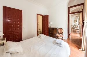 A bed or beds in a room at Apartamentos Madrid Centro B