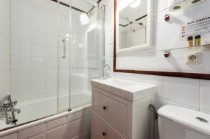 A bathroom at Apartamentos Madrid Centro B