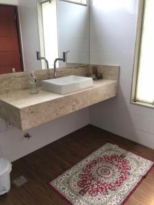 A bathroom at Casa com suítes em Brasília