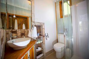 A bathroom at Peppercorn Cabin
