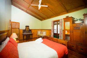 A bed or beds in a room at Red Tractor Retreat
