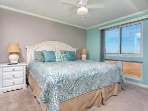 A bed or beds in a room at Makai 315 Bay View