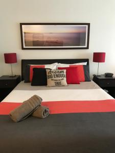 A bed or beds in a room at Waterfront@Waves