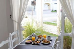 Breakfast options available to guests at Los Tulipanes Apart de Mar