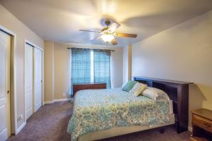 A bed or beds in a room at Helotes Family Retreat