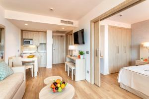 A kitchen or kitchenette at Viva Eden Lago - All Inclusive
