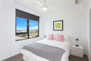 A bed or beds in a room at Keeping Cool on Connor - Executive 2BR Fortitude Valley apartment with pool and views