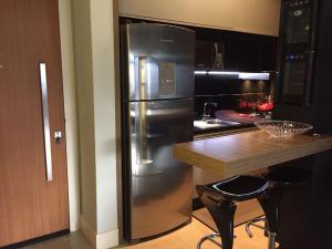 A kitchen or kitchenette at Apto 2suítes 30m da praia
