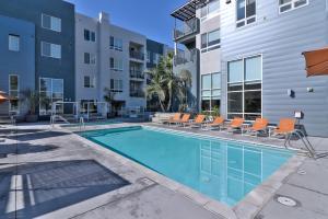 Urban Flat Apartments @ North San Joseの敷地内または近くにあるプール