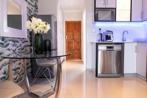 A kitchen or kitchenette at The Wilcrest Apartment