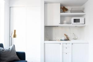 """A kitchen or kitchenette at Getaway Studios """"The Providence"""" Oostende"""