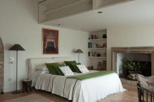 A bed or beds in a room at Spello Villa Sleeps 6 Pool Air Con WiFi