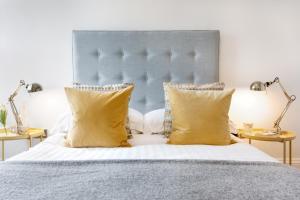 Tempat tidur dalam kamar di Bank Chambers Apartments