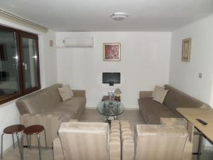 A seating area at Sunset Apartment Burgas