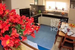 A kitchen or kitchenette at Esmoriz Beach House