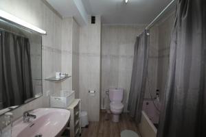 A bathroom at Barrio de Chamberí
