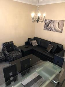 A seating area at Accessible Ground Floor Apartment Near GLA Airport