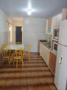 Una cocina o zona de cocina en Casa Quadra da Praia Armação