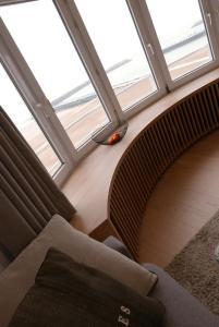 A seating area at Appartement met Zeezicht
