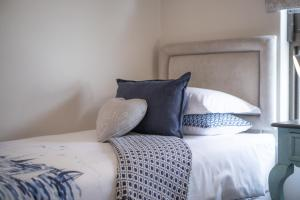 A bed or beds in a room at Mole Fifteen Self Catering