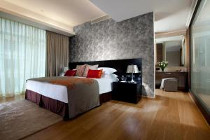 A bed or beds in a room at Fraser Suites New Delhi