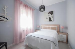 A bed or beds in a room at Apartamento 6 Mirasierras