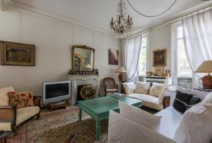 A seating area at Veeve - Charming Townhouse near Parc Montsouris