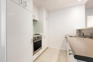 A kitchen or kitchenette at Adina Apartment Hotel Melbourne Northbank