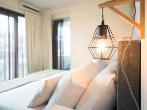 Een bed of bedden in een kamer bij BizStay Helena at Sea Apartments