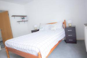 """A bed or beds in a room at Paddington Gorgeous """"Mews House"""" in Central London"""