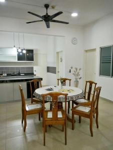 Ruang makan di rumah percutian