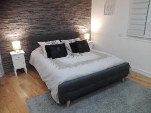 A bed or beds in a room at Appartement l'Espadon