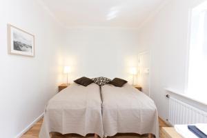 Een bed of bedden in een kamer bij A Part of Reykjavík Apartments - Framnesvegur