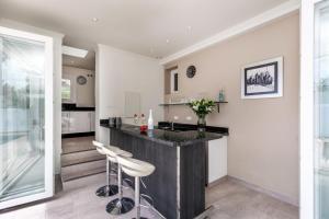 Een keuken of kitchenette bij Playa Duque Marbella Villa Sleeps 8 Pool Air Con