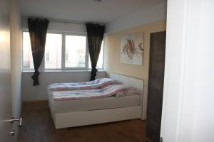 A bed or beds in a room at Rennweg Top Apartment