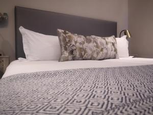A bed or beds in a room at Winelands Golf Lodges