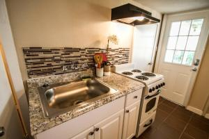 A kitchen or kitchenette at Hays #B Near Downtown Guest Studio