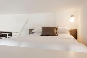 A bed or beds in a room at In Bed with Lisbon 5N