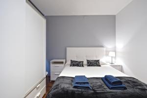 A bed or beds in a room at Sagrada Familia Apartment