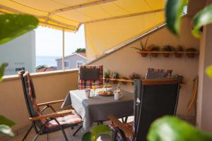 A restaurant or other place to eat at Apartman Bepina