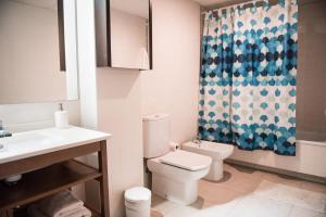 A bathroom at Apartament Oliveres IV by Hauzify