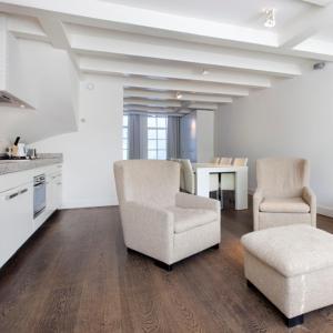 אזור ישיבה ב-Charles Apartments