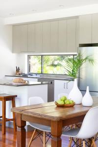 A kitchen or kitchenette at Lily Pad at Byron Bay