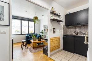 Een keuken of kitchenette bij A spacious flat in Buttes Chaumont!