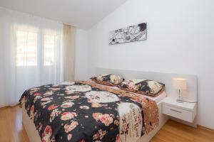 Un pat sau paturi într-o cameră la Apartments Vuković