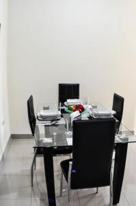 A restaurant or other place to eat at Garzota Suites Airport Balcony