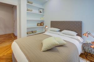 Ein Bett oder Betten in einem Zimmer der Unterkunft UD Apartments - Central Gran Via Apartment
